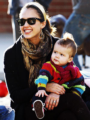 Jessica Alba and her lil' un (photo instyle.com)