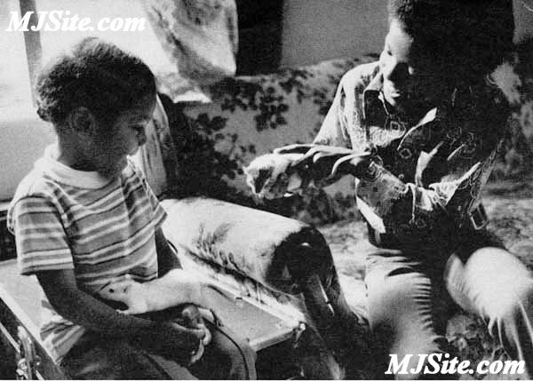 Playing with Michael's pet rats as a child (Photo MJSite.com)