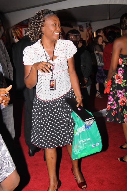 So our sista here definitely took notes in Matching Accessories 101. You can see here that she paired black/white dress with red shoes. 30 points. But that plastic carrier bag does not makes a poor replacement for a Chanel purse. Big No No. We do not care how busy you had been all day or that you were not meant to attend this event or that you came straight from church! This is a red varpet lady! Meanwhile, I think I had a dress like this when I was a little girl - in red and white. I begged my (fashion forward) daddy for a cheap plastic handbag to match it and he totally ignored me. I'm grateful for that lesson. Thanks Daddy!